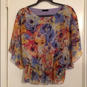 Tops - Floral blouse 👚!